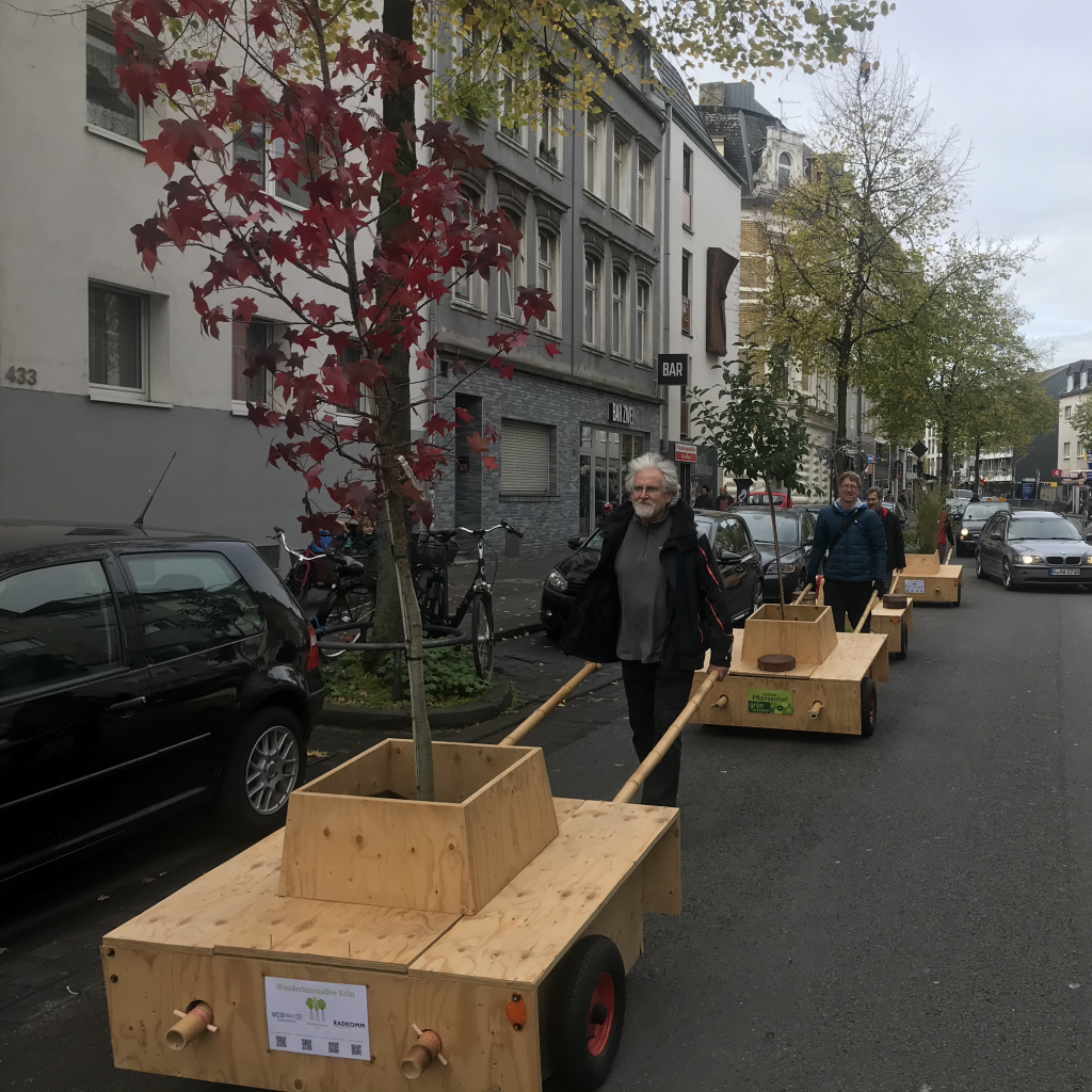 Die Wanderbaummodule werden über eine Straße geschoben.