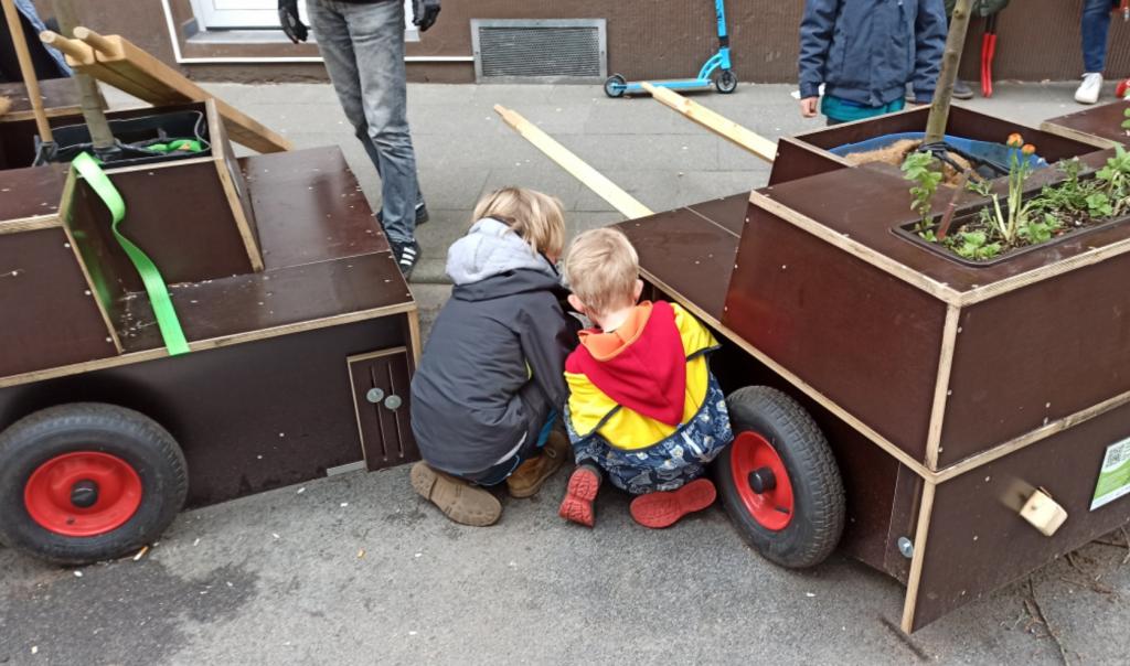 Detailbild mit zwei Kindern, die Stützen montieren